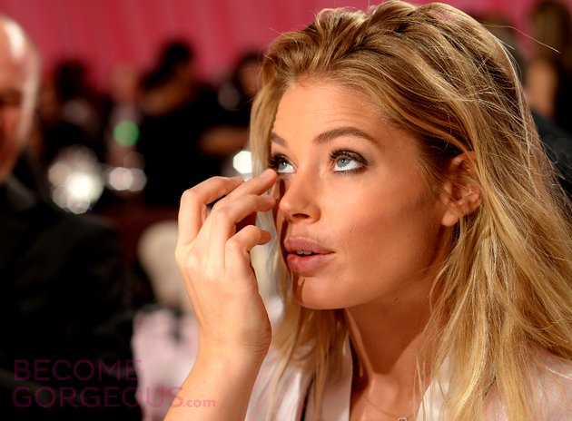 Doutzen Kroes getting her makeup game on